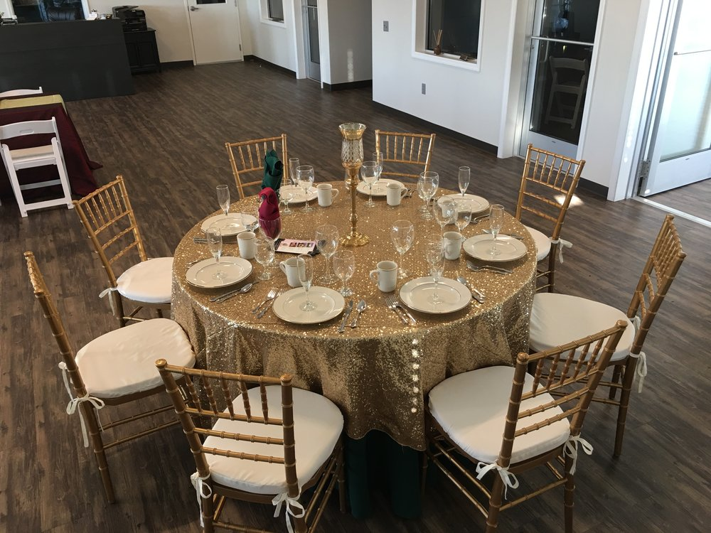 Round table with gold chiavari ballroom chairs