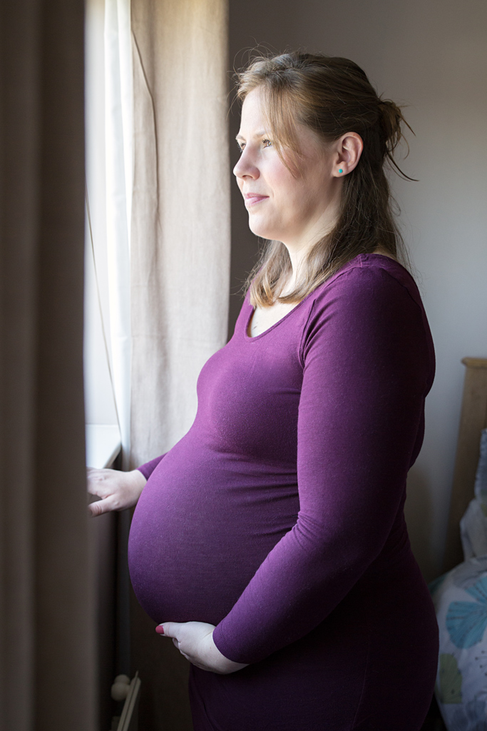 maternity-pictures-hemel-hempstead-looking-out-window