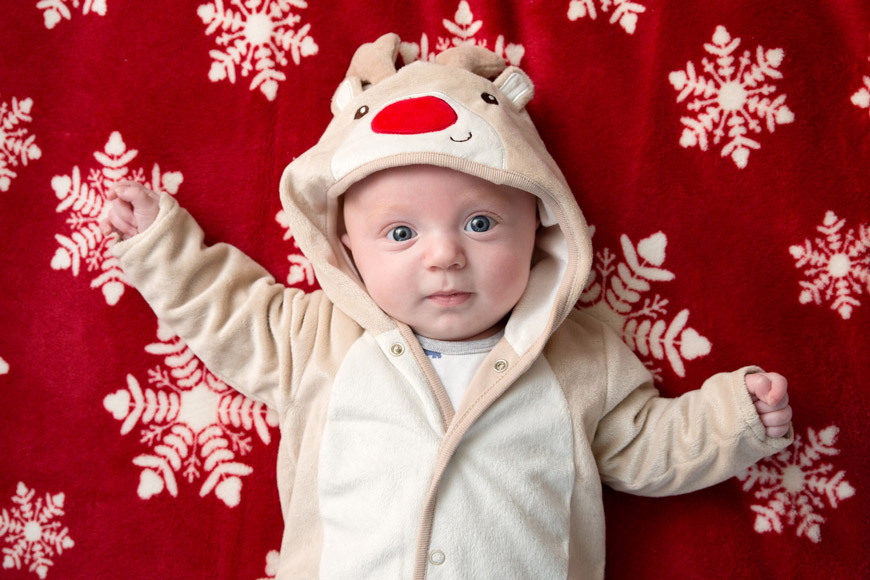how to take christmas photos of your baby on a christmas blanket in a cute outfit