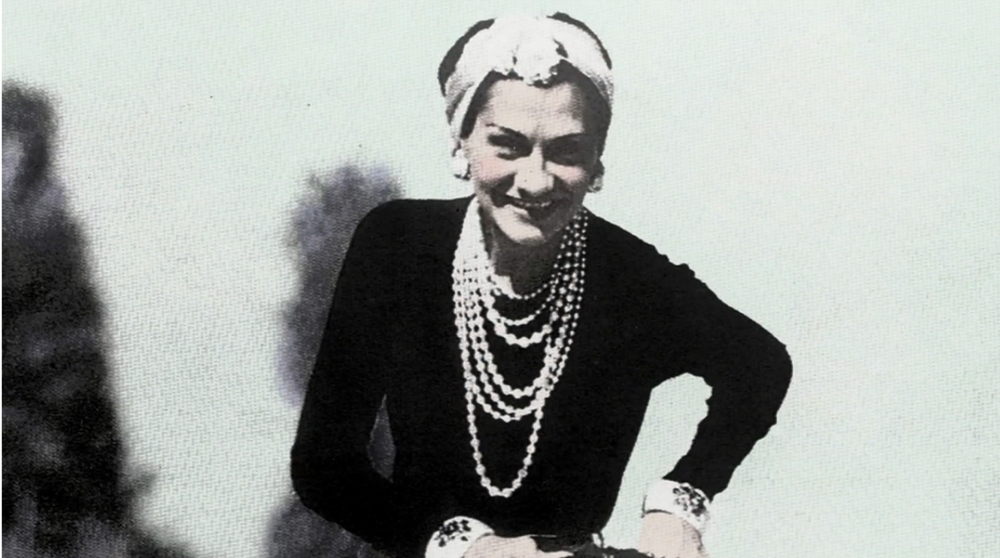 gabrielle coco chanel old look happy on back lover france 1935.png