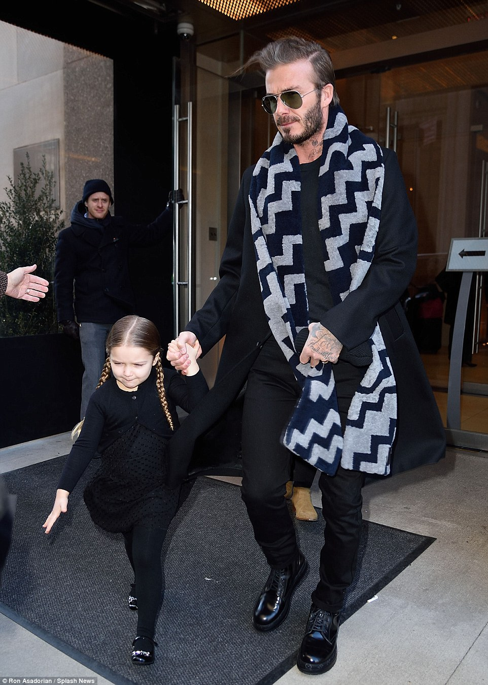 31330D4D00000578-3446701-Close_bond_David_Beckham_held_hands_with_little_Harper_as_they_l-a-61_1455467043464.jpg
