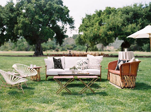 There ain't no lounge like a @lovelyfest lounge! This one's full of clean lines and natural textures... We're totally diggin' the elegant simplicity.