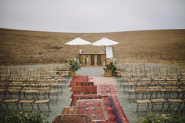 Ceremony cocktails anyone? 🙋🏼‍♂️🙋🏼‍♀️. @allaboutevents bar was perfect for this coastal hillside wedding that we designed with @somethingbridalslo.