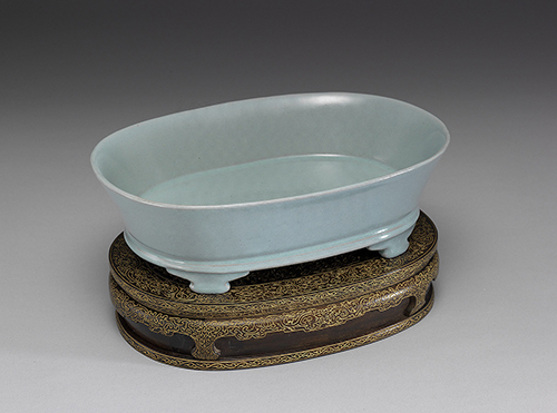 Plain narcissus planter with greenish-blue glaze, known as the only narcissus planter without any crackle to its glaze, the Northern Song Dynasty (960-1127), National Palace Museum, Taipei