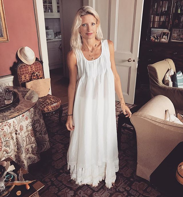 Beautiful @laineysy wearing #zezecollectivethread dress and skirt #naturalmaterials #khadicotton #silk #whiteonwhite #kundaliniyoga #ceremony #feminineenergy #naturalbeauty