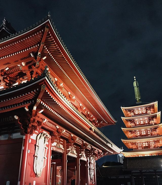 🏮 SENSOJI 🏮Tokyo's oldest Buddhist temple located in Asakusa. Skip out on the crowds during the day and visit at night for an incredible unobstructed view of the gate and pagoda. 😍😍😍 When we stayed at @wiredhotel we went here every night to take it all in since it was just a 5 minute walk away. 🙌 #thosewhowandr #wiredhotel #tokyohotel