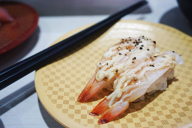 🦐 EBI 🦐  topped with mayo and black pepper, seared to perfection. The best part? These two pieces only cost $1/USD! 🍣 Genki Sushi is always a must when we're in Shibuya. Check out our Tokyo neighborhood guides including 10 Things to Do in Shibuya, link in bio! 🤗 #thosewhowandr