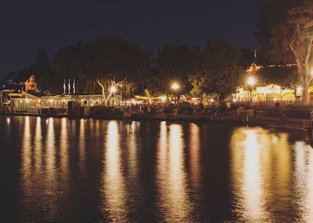It's finally starting to feel like fall ♡ . . . #Disneyland #reflection #dca #californiaadventure #california #losangeles #anaheim #la #fall #lightshow #agameoftones #ig_masterpiece #photographysouls #photographyeveryday #photographylover #worldbestgram #iglobal_photographers #justgoshoot #wanderlust #bleachmyfilm #getlost #thelensbible