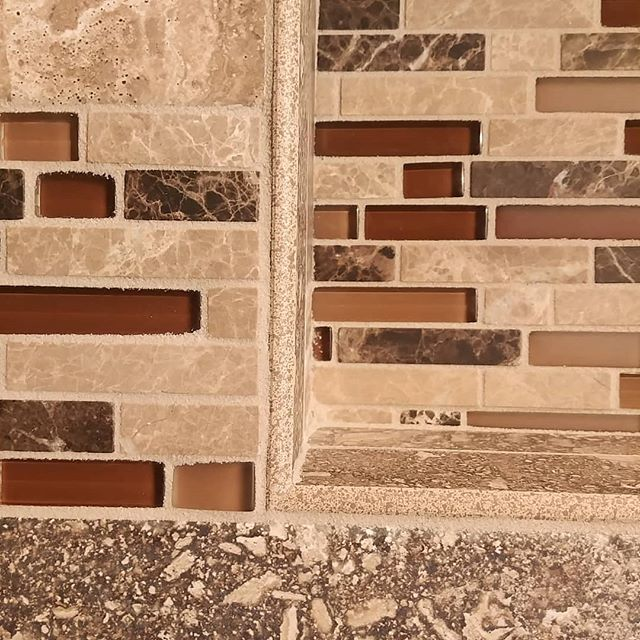 Mitered bullnose corners. Very few installers take the extra effort to make this cut look nice.  #porcelain #bullnose #mosaic #mosaictile #niche