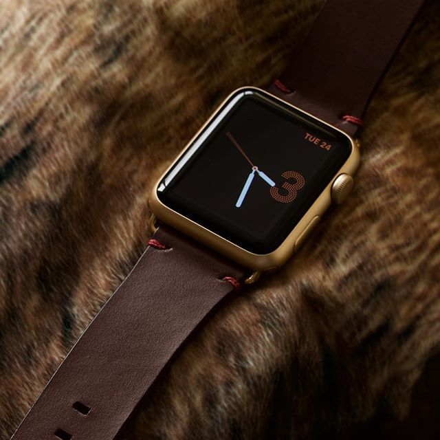 Minimal dotted watch face on this gold aluminium 42mm #applewatch, with an Espresso leather strap and coordinating Oxblood stitching.