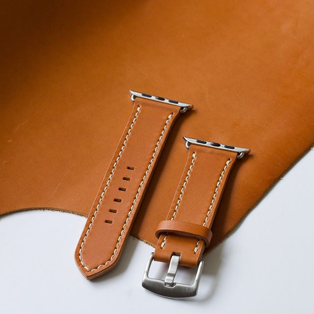 🍊Amber tan leather with a contrasting écru stitch for this 42mm #applewatch strap with silver hardware.