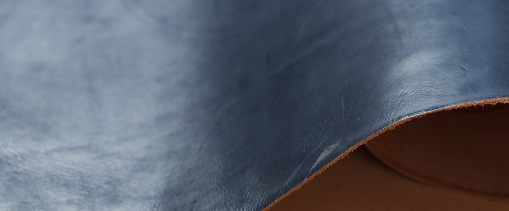 WAXED NAVY   - Dark blue finish with a waxy feel. Provides protection against rain and dirt and has an attractive sheen.