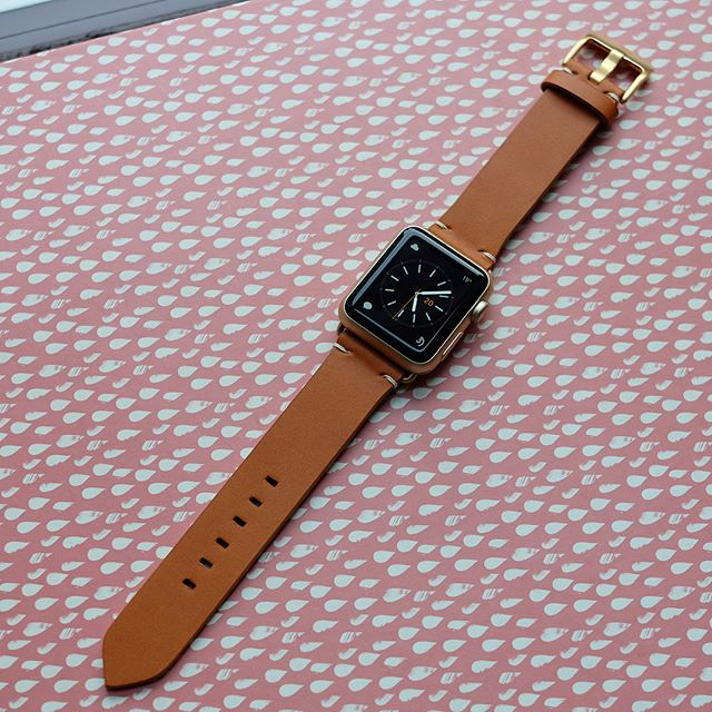 Amber tan strap with minimal écru stitching on a 38mm gold aluminium #applewatch. Works so well with a matching watch face with orange accents. 🍊  #apple #applewatch2 #instawatch #watches #watchesofinstagram #bands #instagood #design #minimal #leather #leathergoods #fashion #beautiful #iphoneonly #tech #instawatch #elegant #instamood #geek #gadget #luxury #lifestyle #life #love #enjoy #style #classic #leather #leathergoods #madeinbritain #watchstrap #bespoke