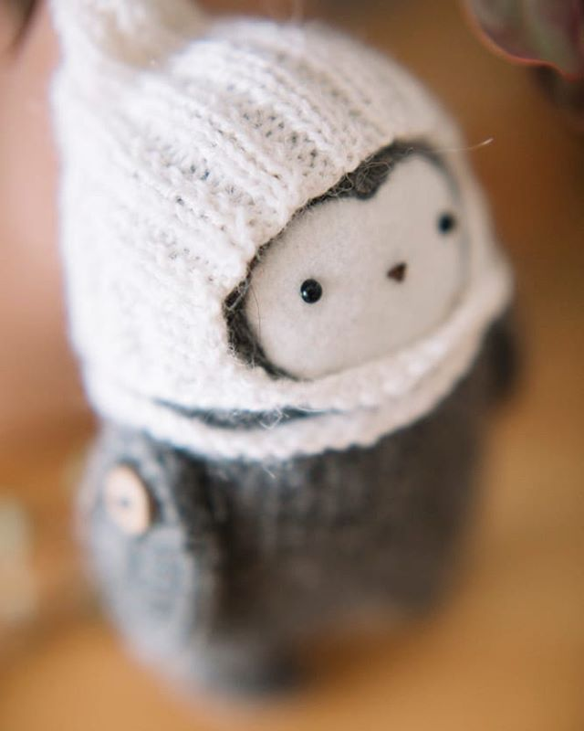Y este frío que no se va... . . . . . Patrón de @_little_owlet_ #amigurumis #amigurumitoy #amigurumi  #amigurumidoll  #amigurumilove  #tallerdorsy #crochet #crochetinspiration #ganchillo #ganchillocreativo #madewithlove #crochetlovers #diy #sewing #crochetingisfun #crochetaddict #crocheterofinstagram #crocheted #crocheting #crochetlove  #dmc  #santsadurnidanoia