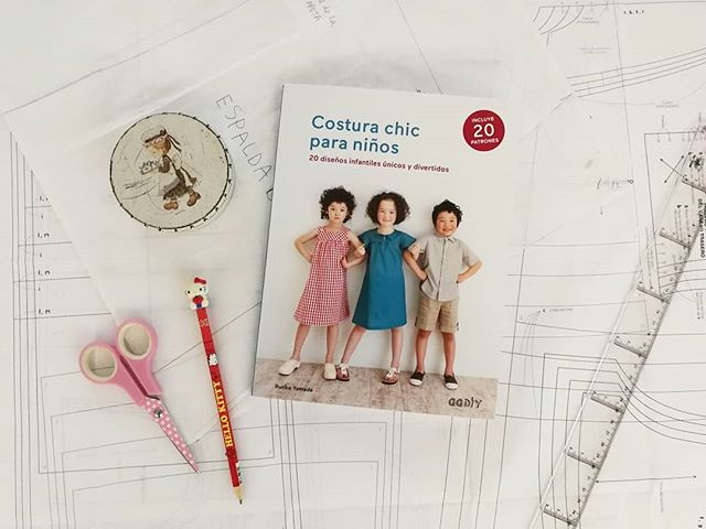 Nuevo proyecto! Un vestido para mi hija June. Quien conozca a mi hija, no, no es la niña de la portada. Os prometo que se parece muchísimo.  #costura #diy #tallerdorsy #hopotsferaltaller #costurachicparaniños #patrones #librospatrones