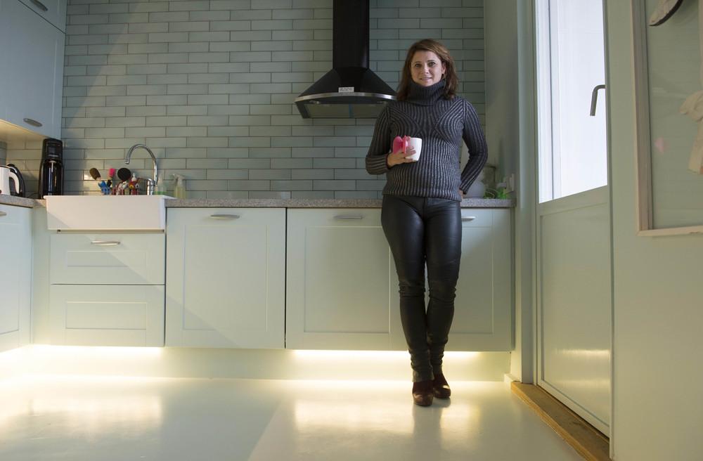 LED-listen under skåpen lyfter hela köket. Att den sitter lågt är bara bra, då stör inte ljuset närman vill ha en mysig middag, säger Emelie Benson.