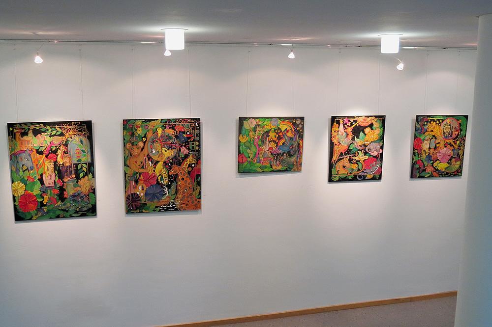 Zahlreiche farbenfrohe Gemälde und Kunsthandwerksarbeiten der Bewohner von St. Benno zieren die verschiedenen Stockwerke im Gebäudeteil A des Landratsamtes am Mariahilfplatz.
