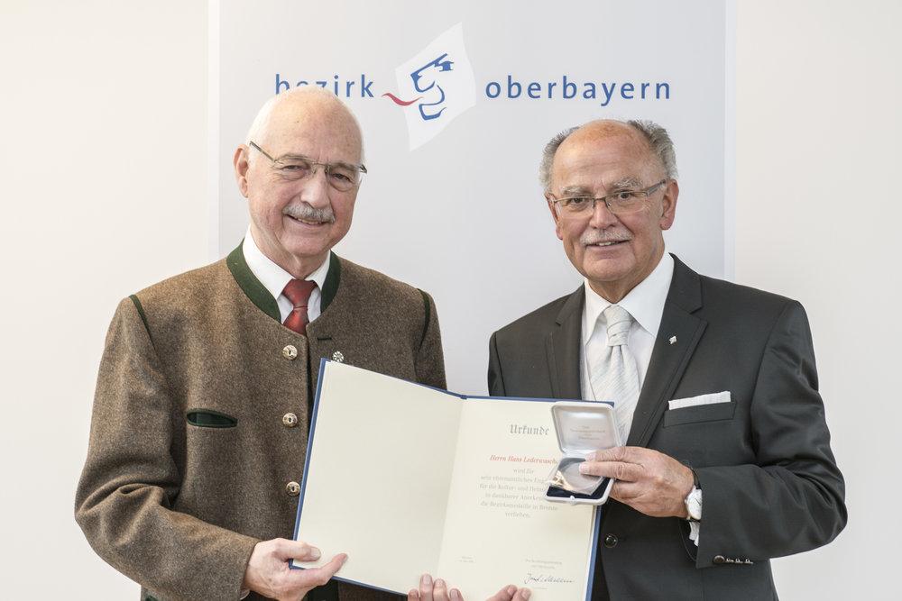 Hans Lederwascher aus Kirchheim mit dem Bezirkstagspräsidenten Josef Mederer. Fotograf: Wolfgang Englmaier.