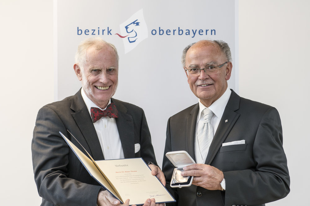 Dr. Klaus E. Thoma aus Ismaning mit dem Bezirkstagspräsidenten Josef Mederer. Fotograf: Wolfgang Englmaier.