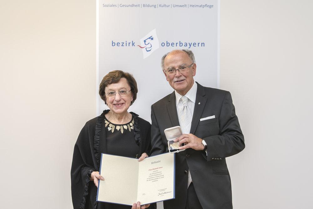 Elisabeth Setzer aus Unterschleißheim mit dem Bezirkstagspräsidenten Josef Mederer. Fotograf: Wolfgang Englmaier.