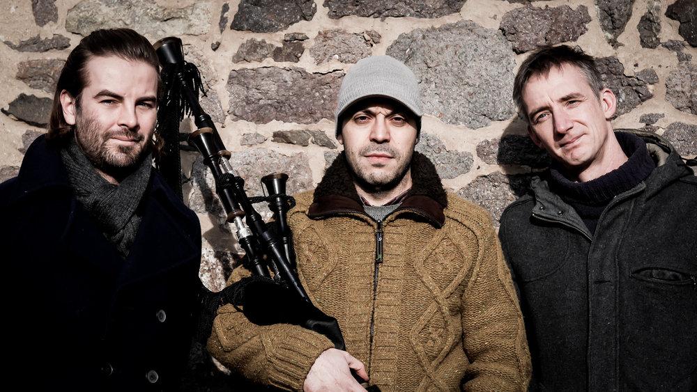 """Mark Bloomer (rechts), Borja Baragano (Mitte) und Brian Haitz (links) sind """"Texu"""", die in der Irish Music & Dance Night ein musikalisches Feuerwerk entzünden – und am Samstag und Sonntag ihr Können in workshops weitergeben. Copyright: Texu"""