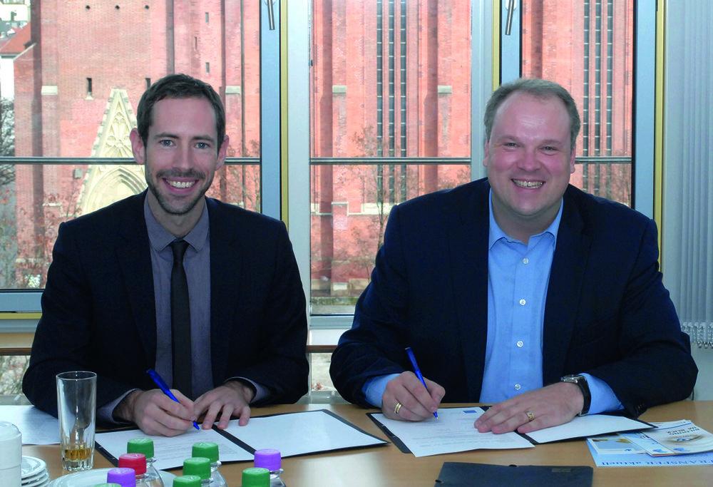Freuen sich auf die gemeinsame Zusammenarbeit im Bereich Bildung: Landrat Christoph Göbel und Dr. Tobias Schmidt von der Transferagentur Bayern.