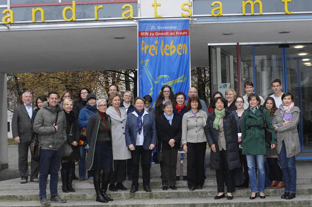 Die Teilnehmer der Veranstaltung setzten gemeinsam ein Zeichen gegen Gewalt an Frauen.