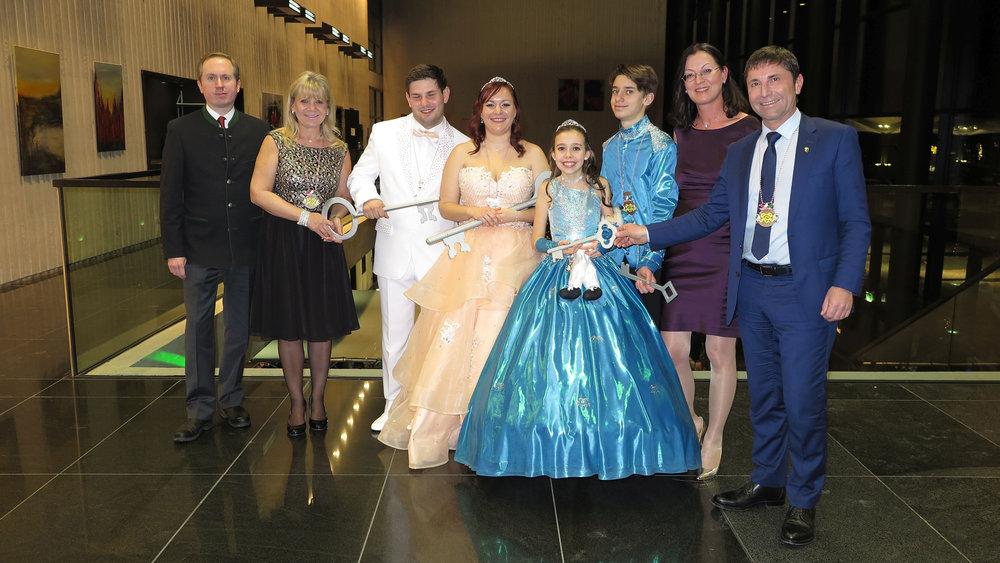 Von links: Dr. Mike Malm, Gabriele Neff , Prinz Matthias I.,Prinzessin Veronica I., Prinzessin Isabel I., Prinz Tristan I., Claudia Tausend, Andreas Kemmelmeyer.