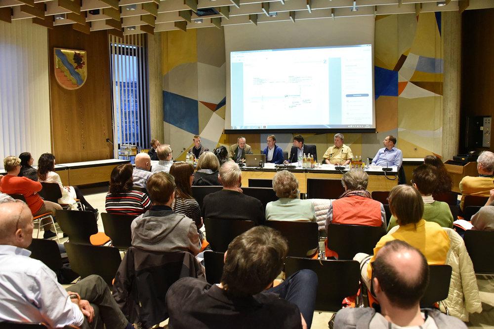 Bei einer Informationsveranstaltung am vergangenen Dienstag im Rathaus unterrichteten Bürgermeister Andreas Kemmelmeyer und Vertreter des Staatlichen Bauamts Freising interessierte Anlieger. Foto: Gemeinde UFG/Fö