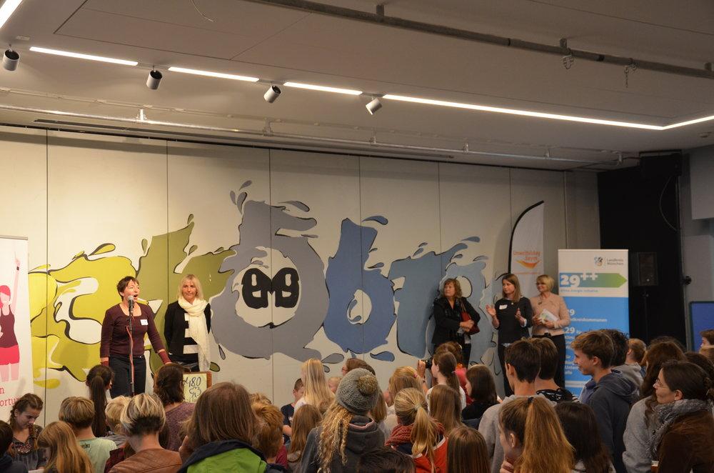 Zur Eröffnung der Projektbörse waren auch die stellvertretende Landrätin Annette Ganssmüller-Maluche sowie Haars Erste Bürgermeisterin Gabriele Müller in das Ernst-Mach-Gymnasium gekommen.
