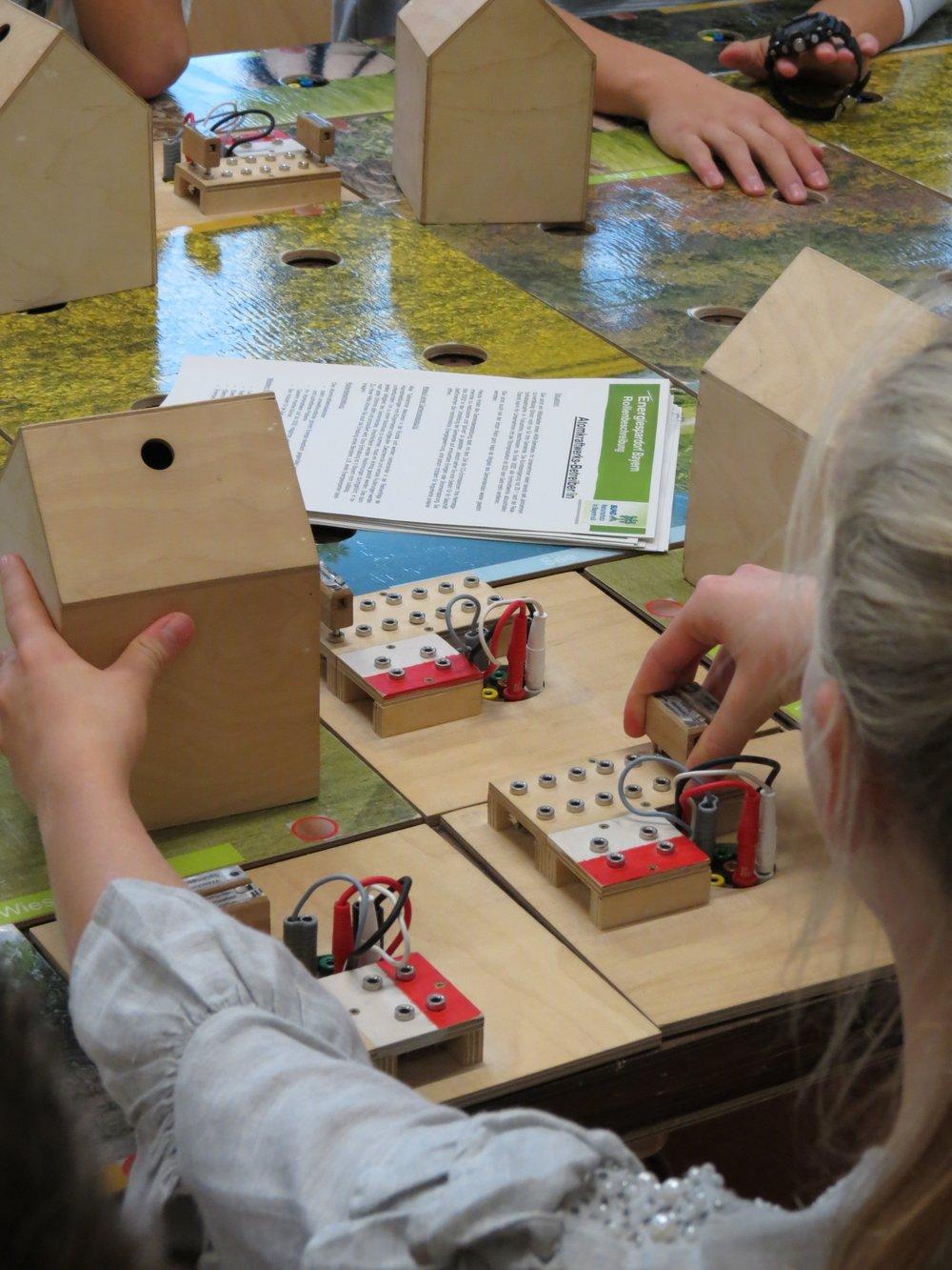Spülmaschine, Heizung, Unterhaltungselektronik: Welche Geräte wie viel Strom fressen, konnten die Schülerinnen und Schüler beim Planspiel Energiedorf Bayern live erfahren.