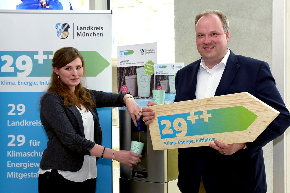 Getestet und für gut befunden: Landrat Christoph Göbel und Nelly aus der Schmitten, verantwortlich für das interne Umweltmanagement im Landratsamt, freuen sich über die Einführung der neuen Mehrwegbecher für den Wasserspender im Foyer des Landratsamts.