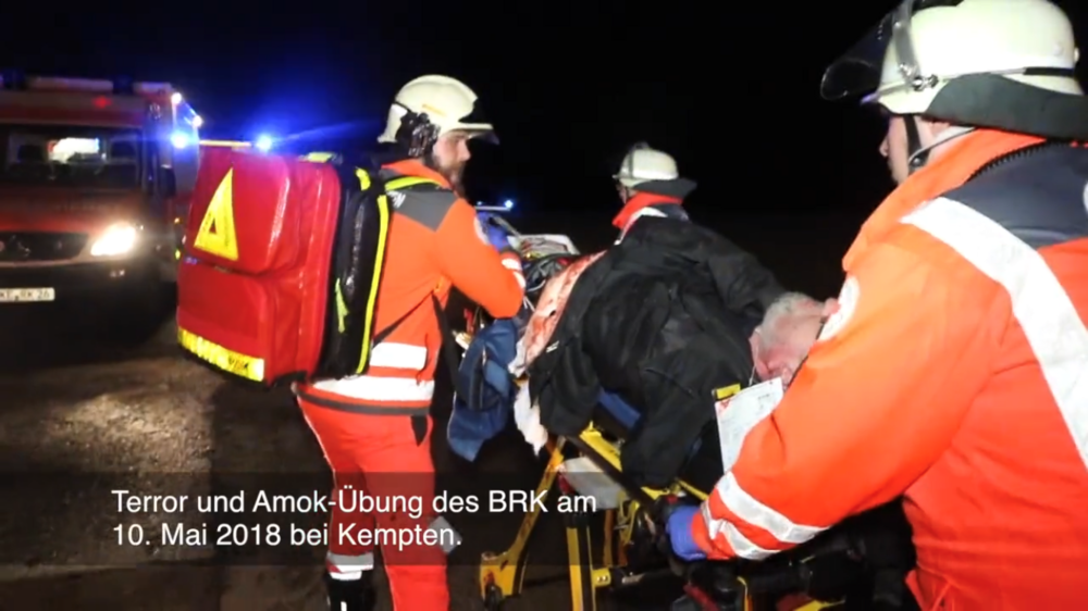 Die Sanitäter des BRK Ismaning (Matthias Schöpp, Janina Seidenschwarz und Andreas Szarzynski) während des Abtransports eines schwerstverletzten bewusstlosen Patienten.