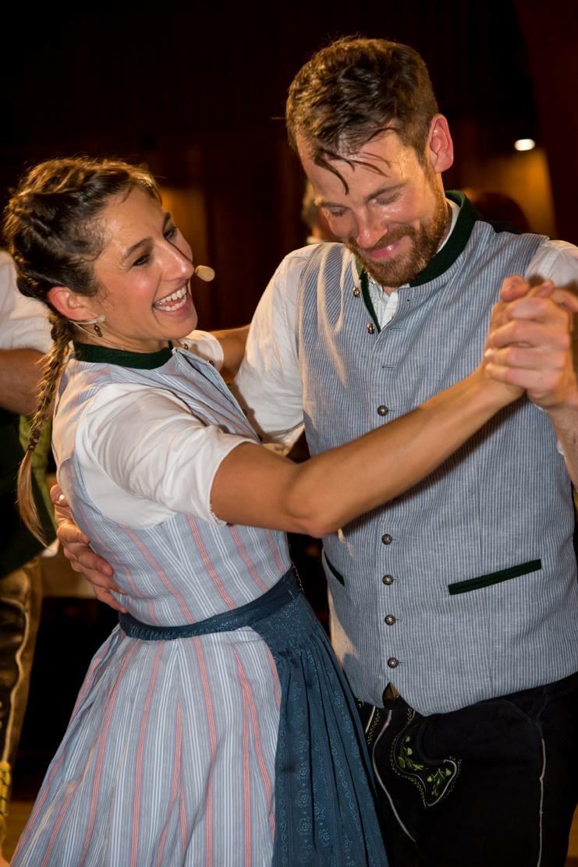 Boarisch Tanzen ist pure Lebenslust: Das sieht man an der Tanzmeisterin des Kocherlballs, Katharina Mayer. In der vhs-Nord kann man es von ihr lernen. Foto:Mayer