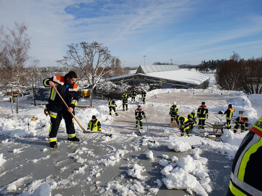 Die Sauerlacher Feuerwehr beim Räumen von Schule und Mehrzweckhalle