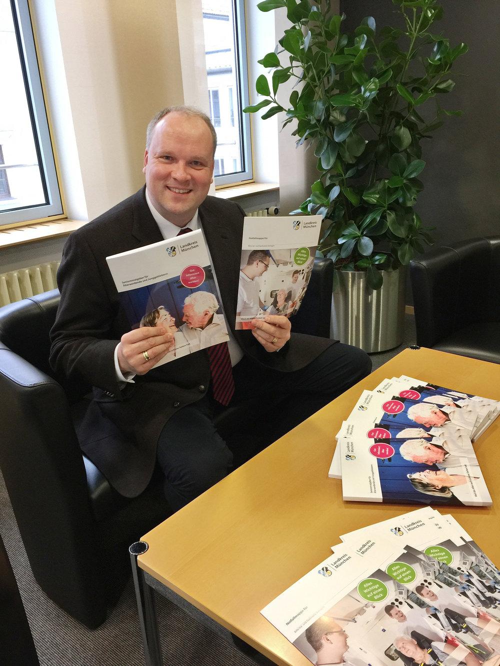Präsentiert das neue Nachschlagewerk für Seniorinnen und Senioren im Landkreis: Landrat Christoph Göbel.