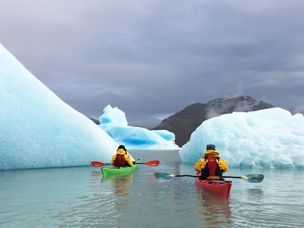 kayak en patagonia grey lake icebergs.jpg