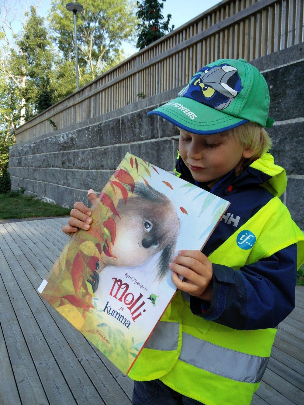 Hulinat olivat lainanneet kirjastosta kirjoja, ja mekin saimme niitä luettavaksi. Molli-kirjan meille luki Anu. Tämä oli ihana!