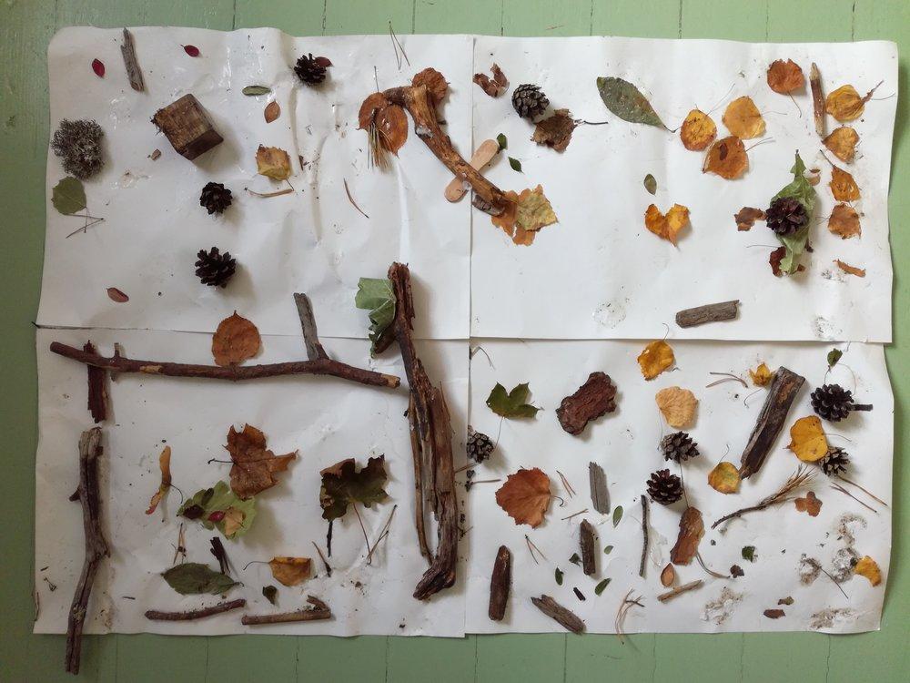 """Lapsilta kysyttiin, mitä heidän mielestään Metsän suloisimmasta paikassa voisi olla. Eräs taiteilija-Väkkärämme keksi heti: """"maja!"""". Ja sen hän tähän teokseen totetuttikin."""