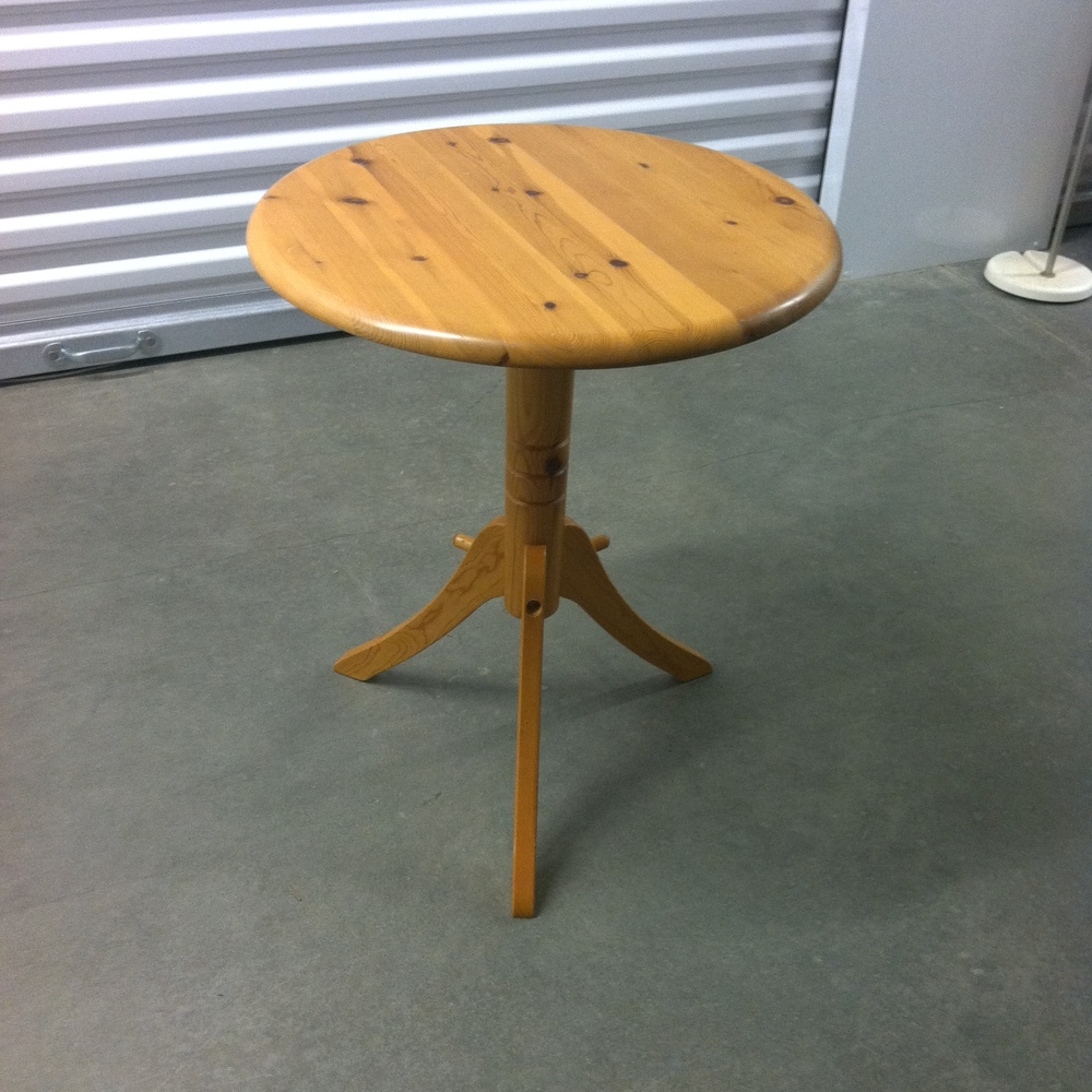 0122: Small Round Kitchen Table