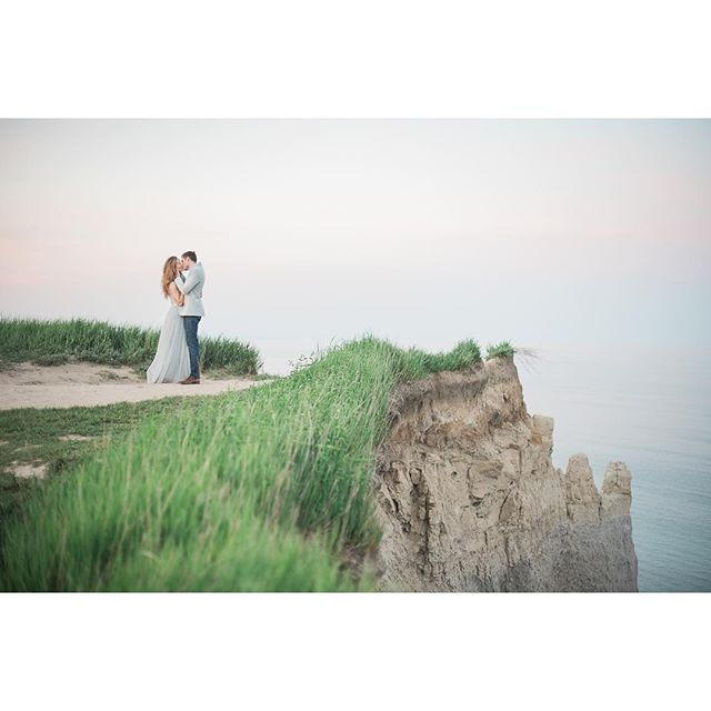 This is Ontario!! GTA in fact. You can have epic engagement photos close to home! .⠀ .⠀ .⠀ .⠀ #torontoweddingphotographer #torontoengagement #engaged #engaged2018 #romanticengagement #sunsetphotos #goldenhour #2019bride #bridetobe #joywed #soloverly #greylikesweddings #togetherweroam #exploretocreate