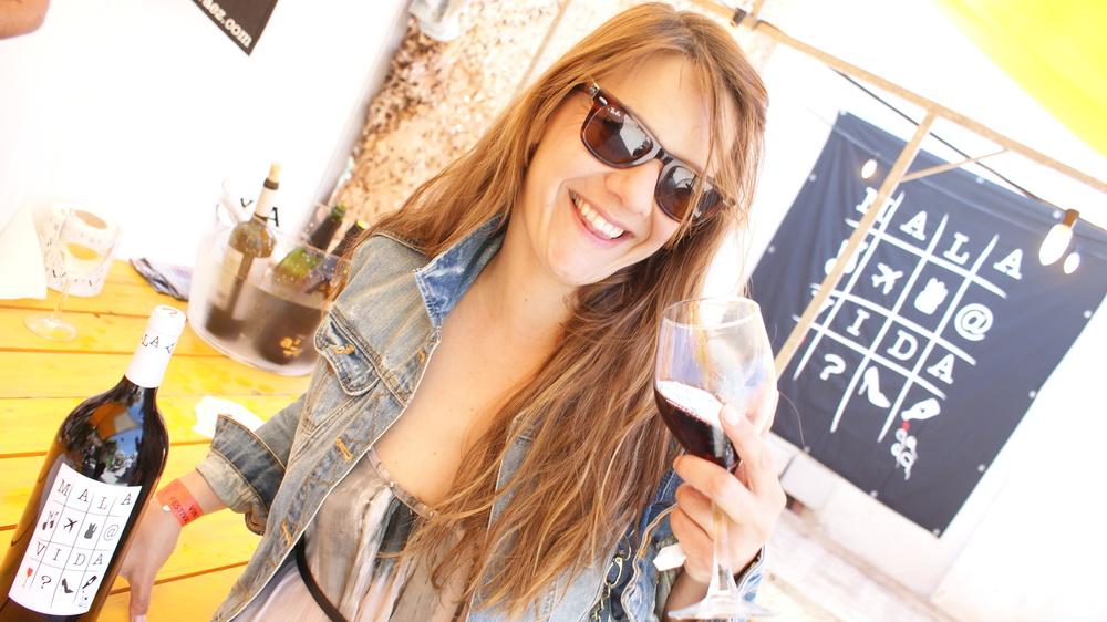 Carmen tasting Mala Vida Vino Tinto (D.O. Valencia)