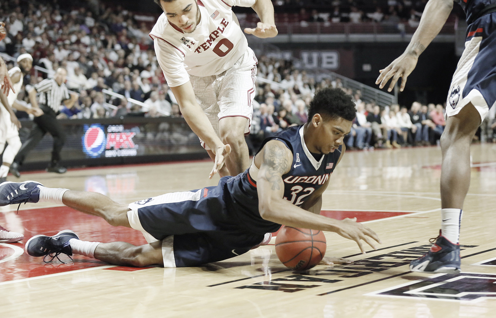 Temple's Obi Enechionyia, top left, and UConn's Shonn Miller (32) scramble for a loose ball in the second half of an NCAA college basketball game in Philadelphia, Wednesday, Feb. 11, 2016. (Elizabeth Robertson/The Philadelphia Inquirer via AP)