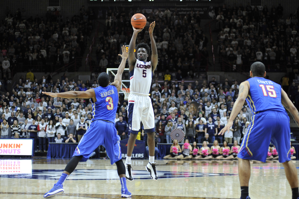 Sophomore Daniel Hamilton goes up against University of Tulsa on Feb. 13, 2016. The final score was 75-73, UConn. (Jason Jiang/Daily Campus)