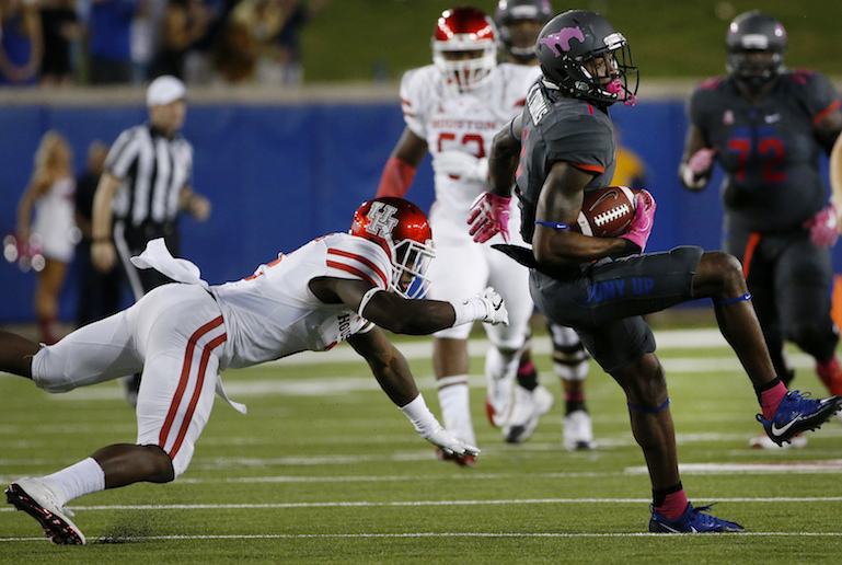 SMU wide receiver Kevin Thomas, right, makes a catch for a first down against Houston safety Khalil Williams, left, during the first half of an NCAA college football game, Saturday, Oct. 22, 2016, in Dallas. SMU won 38-16. (Ron Jenkins/AP Photo)