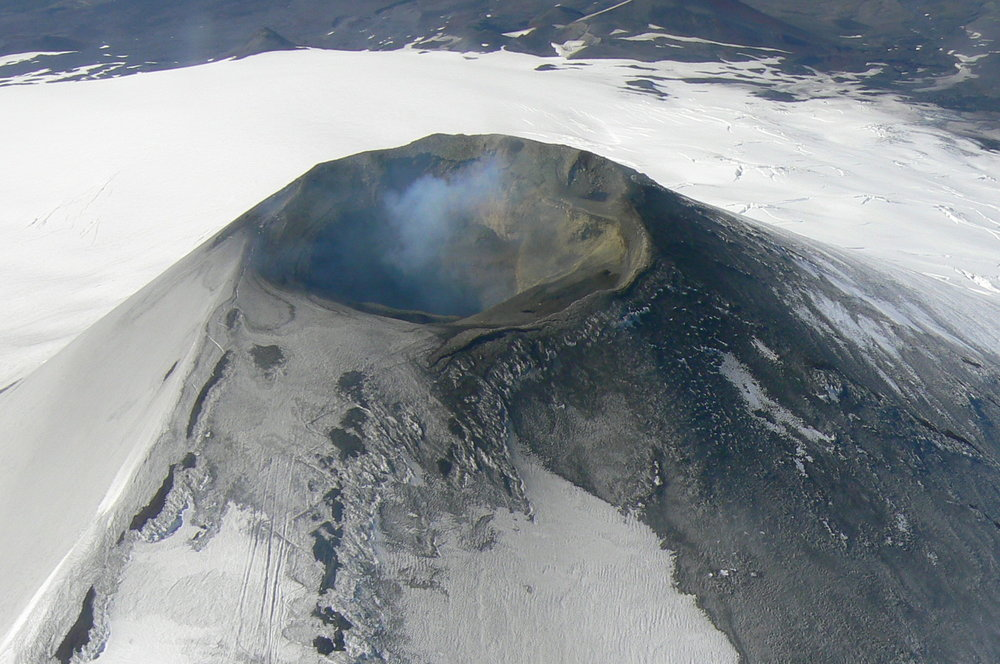 An aerial view of the Vilarrica Volcano of Chile on January 12, 2007 (Sarah & Iain/Wikimedia Commons)