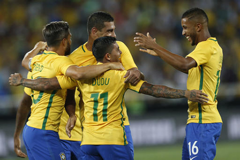 Brazil's Dudu, center, celebrates his goal with teammates at a friendly soccer game against Colombia at Nilton Santos stadium in Rio de Janeiro, Brazil, Wednesday, Jan 25, 2017. The match is a tribute to Chapecoense soccer players who died in a plane crash in Colombia last November. (Silvia Izquierdo/AP)