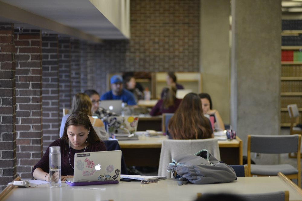 Students studying for the Homer D. Babbidge Library last semester to prepare for midterms. (Jason Jiang)