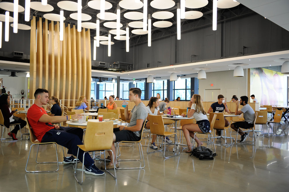 Students eat lunch in the newly renovated Putnam dining hall on Aug. 30, 2016. (Jason Jiang/The Daily Campus)