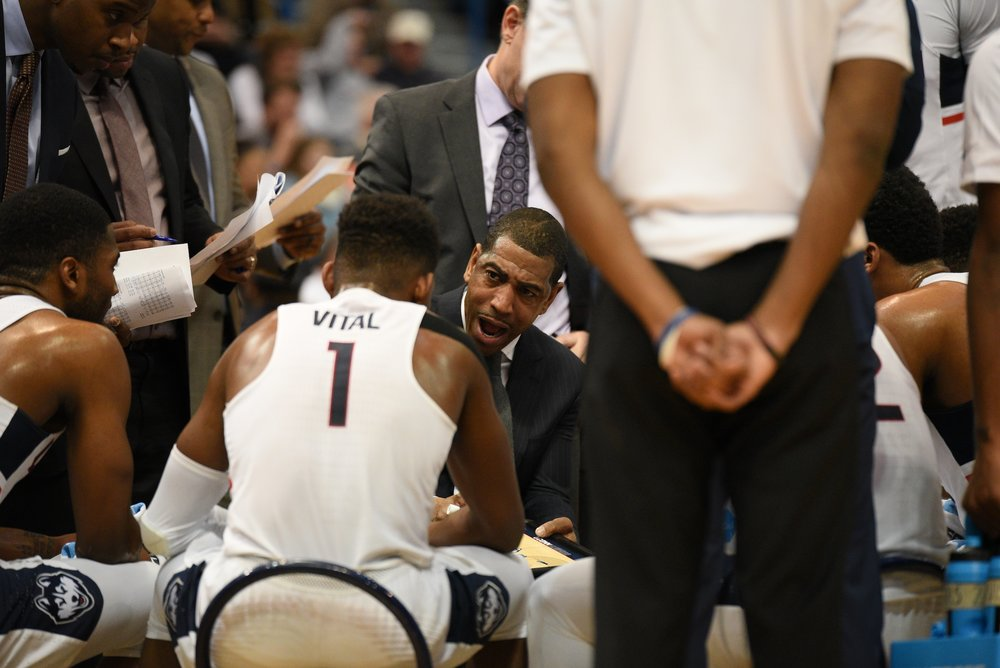UConn head coach Kevin Ollie draws up a play in the huddle during a February 16th game against Memphis. (Zhelun Lang/The Daily Campus)